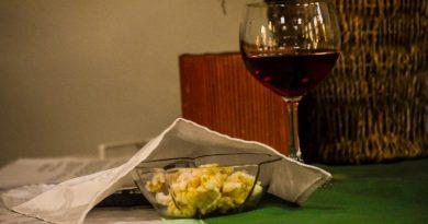 """""""Vayamos con Él, sirvamos al mundo"""": devocionales para compartir la Santa Cena en el hogar"""
